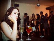 אישה עצובה במסיבה