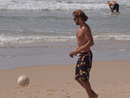 גיא גיאור משחק כדורגל בים (צילום: אלעד דיין ,mako)