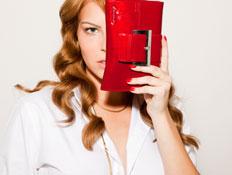 סטייל ריבר - דוגמנית מחזיקה תיק אדום