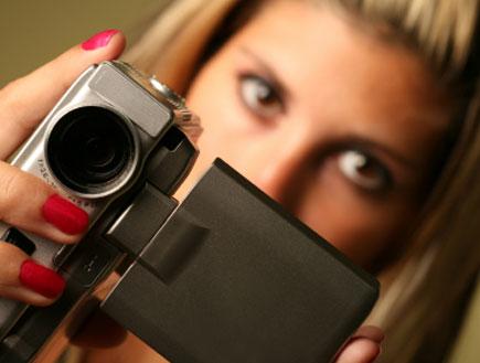 אישה מצלמת (צילום: istockphoto)