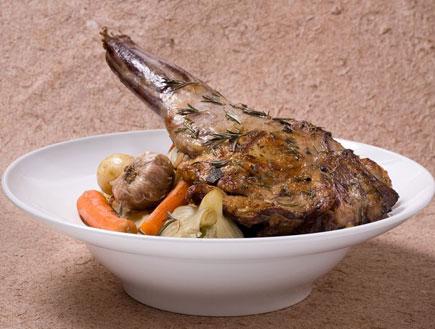 שוק טלה בתנור עם ירקות שורש
