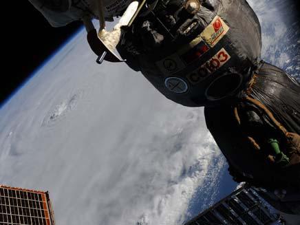 הוריקן ארל מהחלל (צילום: AP)