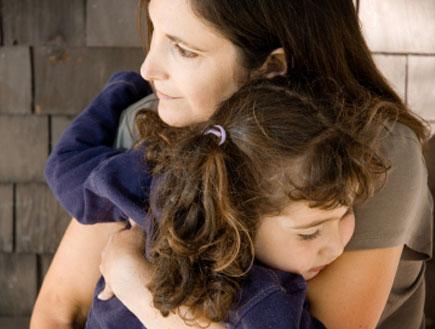 אישה עצובה עם ילדים (צילום: istockphoto)