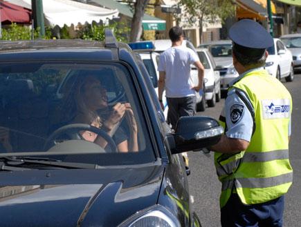 שירה מנור עם שוטר תנועה (צילום: אלעד דיין ,mako)