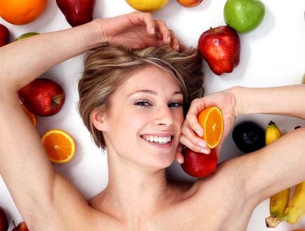 אישה שוכבת על פירות (צילום: istockphoto ,istockphoto)