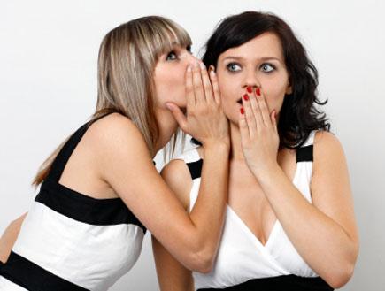 אישה מגלה סוד לחברה שלה