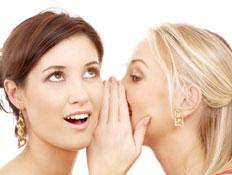 אישה מגלה סוד לחברה