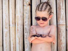 ילד עם קעקועים