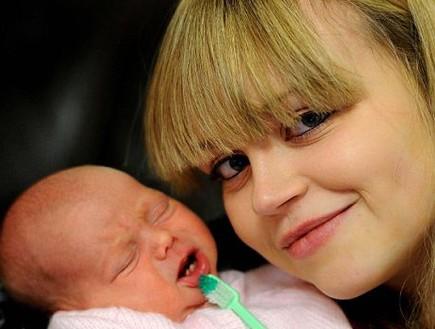 תינוקת שנולדה עם שיניים (צילום: MailOnline)