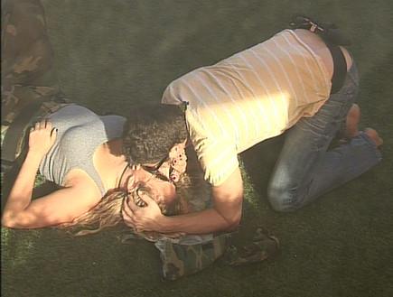 עתי וליהיא מתנשקים