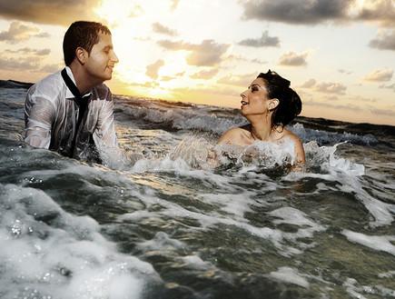 חתן וכלה בים