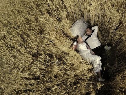 חתן וכלה בשדה