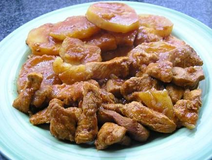 נתחי חזה עוף ותפוחי אדמה ברוטב פיקנטי