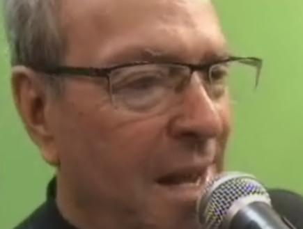 יורם ארבל פיקט עם מיקרופון (צילום: חדשות 2 ,חדשות 2)
