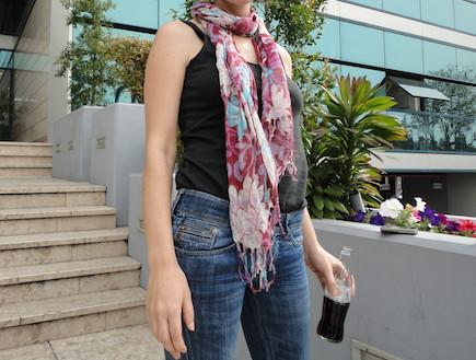 בחורה בג'ינס וגופיה