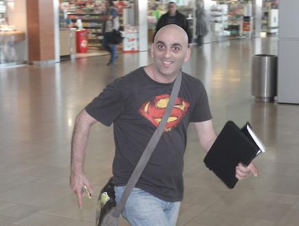 ערוץ 10 בשדה התעופה - יובל המבולבל (צילום: אלעד דיין ,mako)