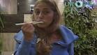 הילה מצחצחת שיניים