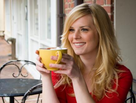 בלונדינית בבית קפה (צילום: istockphoto)
