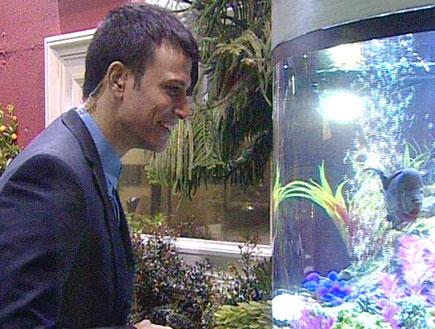 הדג נותן הוראות על משימת הבלתי צפוי