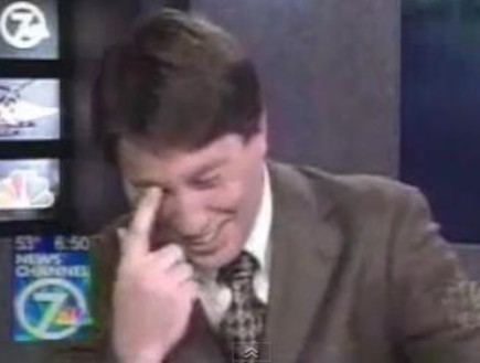 איש צוחק (תמונת AVI: צילום מסך)