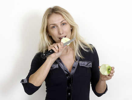 אינה אוכלת תפוח (צילום: נעם וינד ,mako)