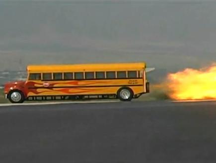 אוטובוס בית ספר עם מנוע סילון (צילום: צילום מסך)