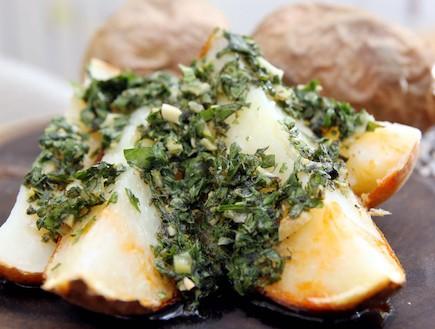 תפוחי אדמה מדורה עם סלסה ורדה (צילום: עודד קרני ,mako)