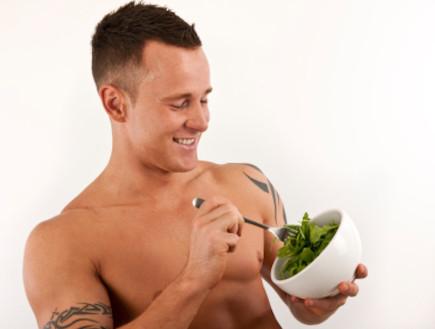גבר אוכל סלט (צילום: istockphoto)
