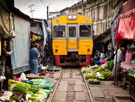 רכבת במרכז השוק מקלונג לקוח מאתר bangkokpicture