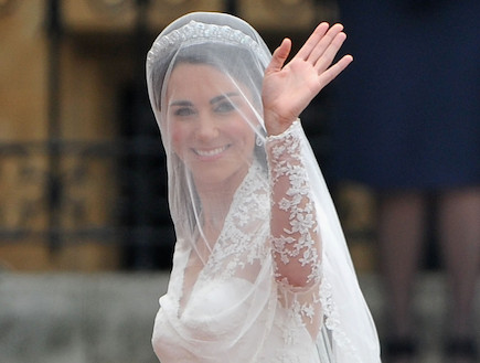 קייט מידלטון בשמלת כלה מנופפת לשלום (צילום: Getty images ,Getty images)