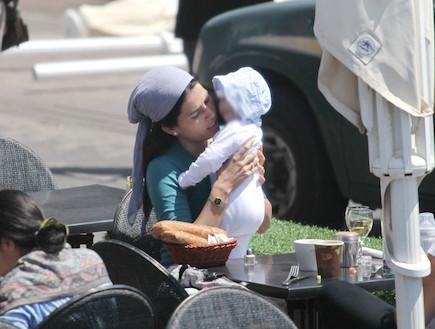 לינור אברג'יל דתיה עם תינוק (צילום: ראובן שניידר ,mako)