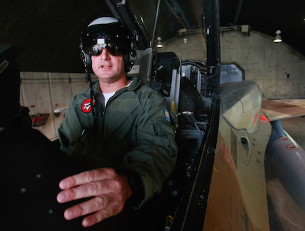 טייס חיל האוויר בתא הטייס (צילום: getty images ,getty images)