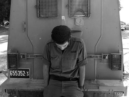 חייל נשען על ג'יפ שחור לבן (צילום: getty images ,getty images)