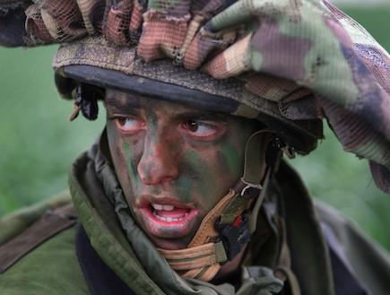 לוחם עם צבעי הסוואה (צילום: getty images ,getty images)
