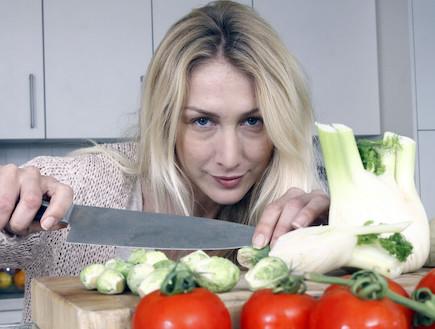 אינה חותכת ירקות (צילום: נעם וינד ,mako)