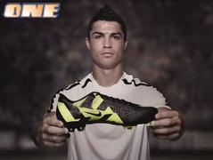 רונאלדו מציג את הנעל החדשה