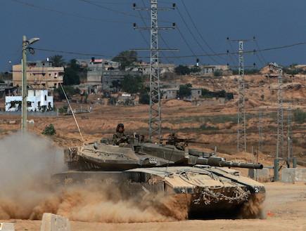 טנק ברקע כפר ערבי (צילום: getty images ,getty images)