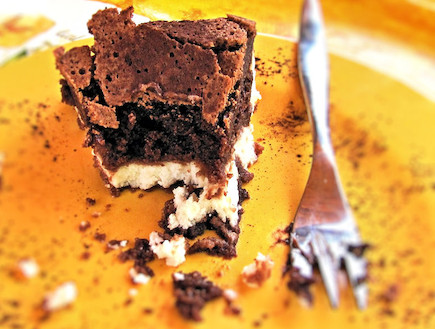 עוגת גבינה ובראוני הפוכה - פרוסה (צילום: דליה מאיר ,קסמים מתוקים)