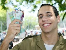"""חייל צנחנים מחזיק שטרות ביד מחייך (צילום: עודד קרני ,פז""""ם)"""