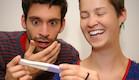 זוג מופתע עם בדיקת הריון (צילום: CamiloTorres, Istock)
