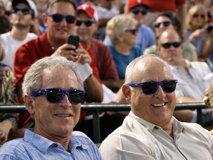ג'ורג' בוש ונשיא קבוצת הבייסבול שוברים שיא גינס (צילום: AP)