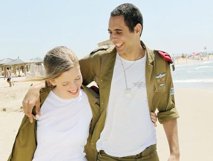 """זוג חיילים בים צוחקים מחובקים (צילום: עודד קרני ,פז""""ם)"""