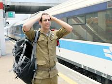 """חייל מפספס רכבת  (צילום: עודד קרני ,פז""""ם)"""