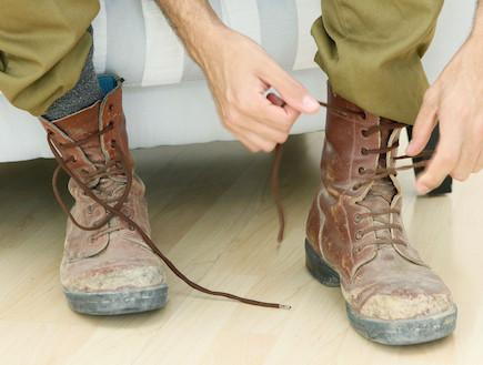 """שריכת נעליים צבאיות (צילום: עודד קרני ,פז""""ם)"""