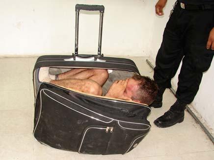 ניסיון ההימלטות נכשל. האסיר במזוודה (צילום: AP)