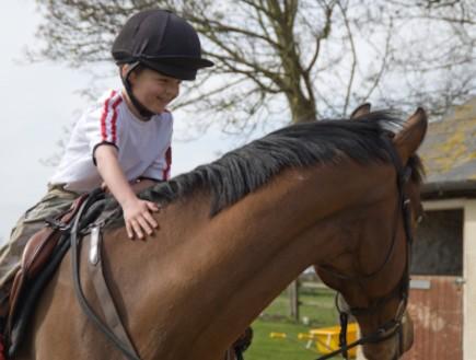 ילד רוכב על סוס (צילום: istockphoto)