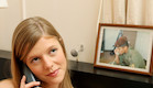 """פזם בחורה מדברת בטלפון מאוהבת ברקע תמונה של חייל (צילום: עודד קרני ,פז""""ם)"""