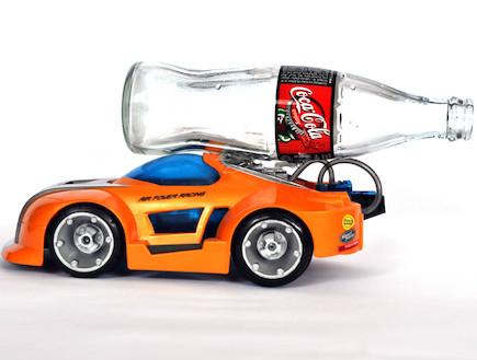 כלי הרכב שנוסע על קוקה קולה (אילוסטרציה) (צילום: נעם וינד)