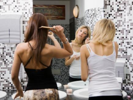 שתי בחורות מסתדרות בשירותים