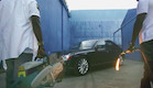 קניה ווסט וג'יי זי הורסים מכונית (צילום: צילום מסך)